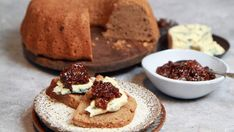 Foto: Tone Rieber-Mohn / NRK Gingerbread Cake, Cake Servings, Blue Cheese, Cheesecake, Food And Drink, Sweets, Stuffed Peppers, Baking, Breakfast