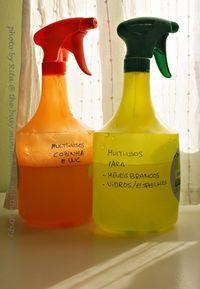 Produtos de limpeza da casa naturais ~ Minimalist homekeeping - natural cleaning products Multiusos mais forte (cozinha, casa de banho) ~ 360 mL água ~ 120 mL vinagre vinho branco ~ 5 mL (1 colher de chá) detergente líquido (eu uso da louça, mas quero fazer o meu próprio detergente) ~ algumas gotas de óleo essencial (opcional) Multiusos mais suave (vidros, móveis) ~ 500 mL água ~ 60 mL vinagre ~ 2,5 mL detergente líquido ~ algumas gotas de óleo essencial (opcional)