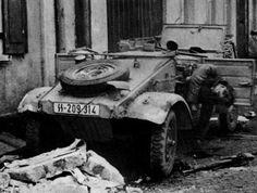 """Kubelwagen de la SS Division """"Nordland"""" avec chauffeur tombé, Berlin, mai 1945. Cordialement, JR."""