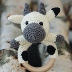 Free crochet pattern: COWS RATTLE - Freubelweb - Look what I found on Freubelweb.nl: A free Hobbii crochet pattern to make a cow rattle www. Easter Crochet, Knit Or Crochet, Cute Crochet, Crochet Hooks, Granny Pattern, Free Pattern, Small Cow, Crochet Mignon, Baby Rattle