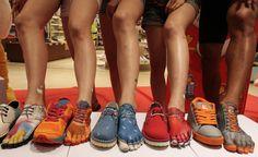 IlPost - Seul, Corea del Sud - Piedi dipinti come fossero scarpe all'inaugurazione di un negozio di scarpe   (AP Photo/Ahn Young-joon)