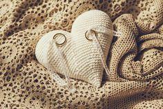 Porta alianzas Ring Pillow Wedding, Marry You, Crochet Projects, Rustic Wedding, Wedding Inspiration, Wedding Rings, Bride, Pillows, Ring Boxes
