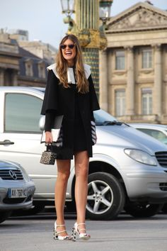 Mariana Cassou, co-founder e buyer do e-commerce Gallerist, com look preto e branco, sandália e mini bag P&B em clique de street style durante a Paris Fashion Week.