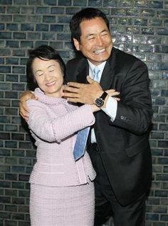 横浜市役所を訪れた中畑清監督(右)。当初、出迎えた林文子市長(左)の存在に気づかず通り過ぎて呼び止められ、市長をハグしてフォローする=24日、横浜市中区(撮影:財満朝則)