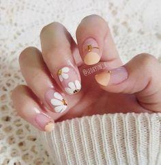 faded french nails New Years Daisy Nail Art, Daisy Nails, Flower Nail Art, Minimalist Nails, Simple Nail Art Designs, Short Nail Designs, White Nail Art, White Nails, White French Nails