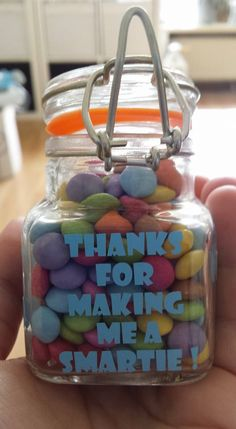15 originele cadeautjes die makkelijk te maken zijn Thanks teacher; 30 original teacher goodbye gifts that are easy to make Little Presents, Diy Presents, Little Gifts, Teacher Appreciation Gifts, Teacher Gifts, Homemade Gifts, Diy Gifts, Diy For Kids, Crafts For Kids