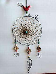 Filtro dos sonhos feito em arame, com detalhes em cerâmica plástica. R$ 79,00