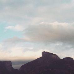 Gosto mesmo assim.☁⛅☁⛅☁⛅☁⛅☁⛅#dianublado#riodejaneiro #clickdebethvalentim #montanhas  Vista da Pedra da Gávea e outras em Barra da Tijuca....