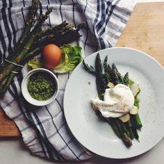 pesto z sałaty masłowej, jajko w koszulce i grillowane szparagi