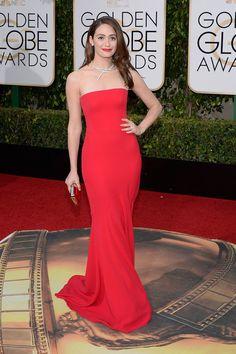 Elegante y femenina, la actriz Emmy Rossum eligió un bonito vestido con cola de sirena y escote de palabra de honor, obra de Giorgio Armani Prive.