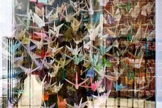 A city that is laid completely still - PS It is a tradition in Japan to fold, then one for each year of the life of a crane and the tying together a thousand cranes for happiness and well-being. This collection of thousand cranes called Senbazuru. The folded cranes are also attached to the commemoration of the victims of the atomic bombs in Hiroshima and Nagasaki, and they also hang out at the memorial for the victims of September 11 in New York. / Brussels 3/23/16