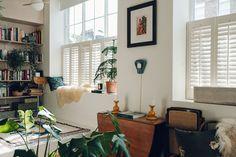 Vivre dans 46 m2 à deux n'est jamais évident, mais c'est déjà pas mal me diront certains à condition de bien penser l'ensemble. C'est la taille de notre premier appartement et je me souviens des longs travaux pour le rendre agréable. L'aménagement de cet intérieur, c'est aussi l'histoire d'un premier aménagement, mais Catherine Verna Bentley et Louis Hagen Lire