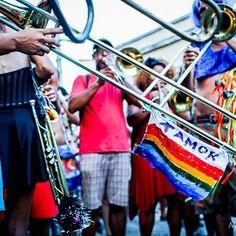 Mais amor, minha gente! 💙💚💛❤️ . . . Bloco: #meenterranaquarta  Foto: @michellecastilhofotografia  #meenterranaquarta #blocomeenterranaquarta #blocoderua #blocodecarnaval #folia #folioes #fotografosfolioes #samba #sambaenredo #carnavaldorio #carnaval #carnavalizando #carnavalizar #imprensa #santateresa #cariocando #carioca #errejota #rj #riodejaneiro #fotografo #foto #photography #fotografiadecarnaval #riodejaneiro #carnavalphotography #amor #love #colors #confete #serpentina