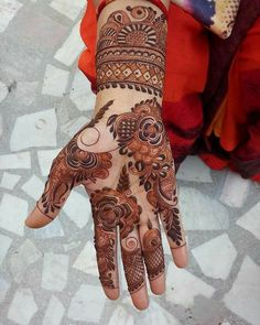 Arabic Mehndi Designs are the most stylish and trendy ones. The elegance which these designs pour remain unmatched! Khafif Mehndi Design, Floral Henna Designs, Latest Bridal Mehndi Designs, Mehndi Designs Book, Stylish Mehndi Designs, Mehndi Designs For Beginners, Mehndi Design Pictures, Wedding Mehndi Designs, Dulhan Mehndi Designs