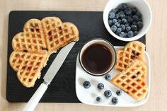 Wholegrain waffles with blueberry Sweet Desserts, Healthy Desserts, Healthy Waffles, Everyday Food, Baby Food Recipes, Food Baby, Us Foods, Soul Food, Food Inspiration