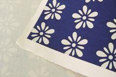 Washi - Katazome sur papier kozo avec 4 bords frangés. L'effet poudré est du à la teinte appliquée en superposition - pochoir - Feuille grand format.. Pour les-papiers-de-Lucas.