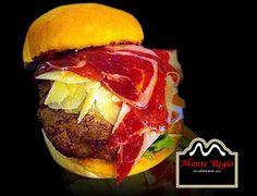 ¡Viernes con #jamón! Hamburguesa de carne de vacuno, lechuga, patatas e ibérico #MonteRegio ¿Quién da más?