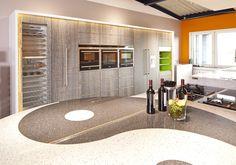 Küche mit viel indirektem Licht; Schrankfront in Echtholz Furnier bzw. Lack weiss