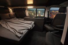 Wohnmobil mit breitem Bett und Küche im VW Bus