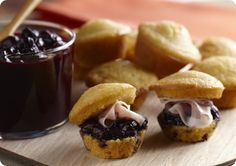 Corn muffins with blueberry chutney and prosciutto. A sweet, salty and savory appetizer. Healthy Dishes, Savoury Dishes, Fruit Dishes, Savory Snacks, Healthy Eating, Berry Muffins, Corn Muffins, Yummy Appetizers, Appetizer Recipes