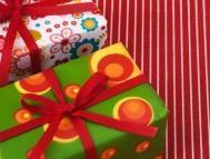 Mira que envoltorios más originales hemos preparado paso a paso para los regalitos de Navidad: http://www.serpadres.es/familia/videos-familia/videos-como-envolver-regalos