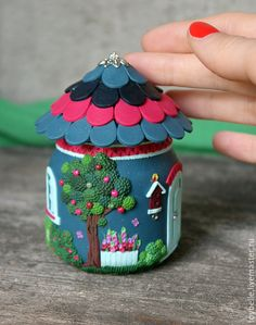 Cute idea-maybe not this exact house but could make a variation-candle holder? Polymer Clay Kunst, Polymer Clay Fairy, Fimo Clay, Polymer Clay Projects, Polymer Clay Creations, Mason Jar Crafts, Bottle Crafts, Clay Fairy House, Fairy Houses