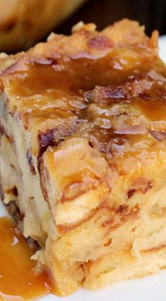 Salted Caramel Apple Bread Pudding (apple desserts & sweets) - with gluten free bread Köstliche Desserts, Delicious Desserts, Yummy Food, Apple Desserts, Pudding Desserts, Plated Desserts, Apple Recipes, Sweet Recipes, Bread Pudding With Apples