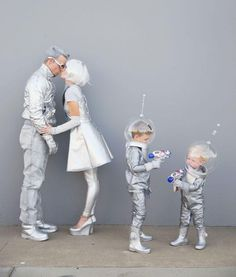 Family-futuristic-costume---Tell-love-and-Party Learn how to create these fun DIY space family costumes for Halloween. Clever Halloween Costumes, Looks Halloween, Creative Costumes, Cool Costumes, Halloween Kids, Halloween Party, Costume Ideas, Little Boy Costumes, Halloween Couples