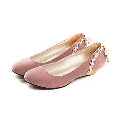 De las mujeres del ante de tacón bajo zapatos de los planos de la bailarina