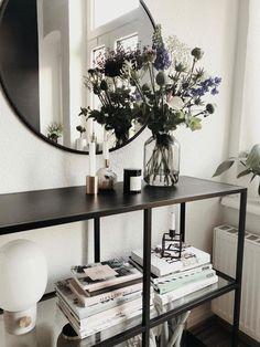 ... Wie Mit Diesem Beeindruckenden Blumenstrauß, Den Schönen Weißen Büchern  Und Dem Marmorkerzenständer. Entdecke Noch Mehr Wohnideen Auf COUCHstyle  #living ...