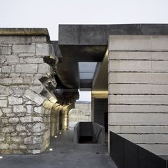 In the restoration of the Fortress in Fortezza (Bolzano), architect Markus Scherer restores the existing heritage and gives the fortress a new configuration and volumetric structure to replace the original one lost with the construction of highway SS12. The structure now contains the BBT Infopoint, with exhibition spaces about the Brennero Base Tunnel, offices and a multi-purpose hall. #Architecture #Design
