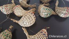 Cuelgas de pajaritos desde Chiloé en Chileraices.cl #hechoamano #hechoenchile #handmade #chileanhandcraft  #artesania Cl, Handmade Crafts, Hand Made, Little Birds, Veggies