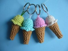 Crochet ice creams, love these but will have to translate the Dutch (I think! Crochet Food, Love Crochet, Diy Crochet, Crochet Dolls, Crochet Keychain, Crochet Bookmarks, Diy Keychain, Crochet Accessories, Yarn Crafts