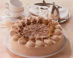 Eine sahnige Torte mit Nougatschokolade für die Kaffeetafel