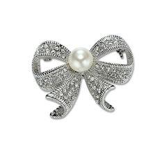 Brošňa na šatky v tvare dekoratívnej mašle, ktorá je ozdobená falošnou perlou a kryštálmi. Táto brošňa  je malé šperkárske majstrovské dielo, pokladané za krásny doplnok pre ženu. Vďaka symbolike v sebe ukrytej dodáva svojej nositeľke pocit elegancie. Brošňa je ideálny doplnok pre ozdobenie vášho outfitu. Brošňu môžete použiť aj na svoje oblečenie, ktoré vďaka nej získa úplne iný nádych. Skúste byť originálna a ozdobte sa. Pripevňuje sa špendlíkom.