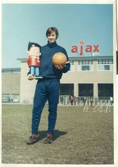 The Legend and Pioneer of the Total Football Philosophy 61 Color Vintage Photos of Johan Cruyff as a Professional Player Retro Football, Football Kits, Vintage Football, Football Cards, Football Soccer, Soccer Art, Soccer Poster, Association Football, Most Popular Sports