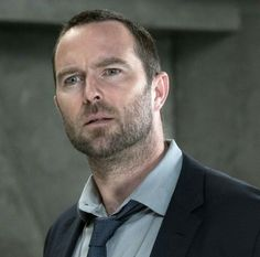 Sullivan Stapleton in Blindspot Blindspot Tv, Rob Brown, Disney Horses, Two Broke Girl, Macgyver 2016, Sullivan Stapleton, Into The Badlands, Covert Affairs, Ashley Johnson