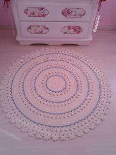 Tapete de croche feito em barbante  Lindo para decorar quarto infantil  Pode ser feito nas cores de sua decoração  Medida 1 metro de diametro  Outras medidas consultar valor