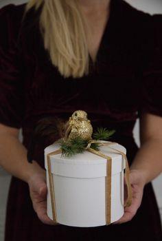 Med fløyelsbånd, granbar og julepynt kan du lage personlige og dekorative julegaver som er ekstra fine å ha unde juletreet. Arkivet.co er en digital markedsplass for interiørdesignere, hvor du kan få profesjonell planer for din oppussing😄 Følg @arkivetco for mer inspirasjon, tips og tjenester! #arkivet_co #arkivet #julegave #interiørarkitekt #interiørdesigner #interiordesigner #interiørdesign #interiordesign #gaveinnpakning #nybolig #norskehjem #jul #julepynt #juledekorasjon #julestemning Photo And Video, Interior Design, Instagram, Home Decor, Creative, Nest Design, Decoration Home, Home Interior Design, Room Decor