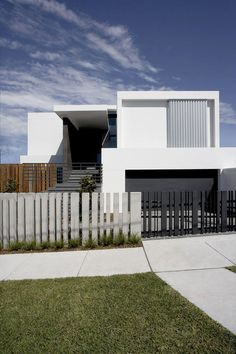fence gate design images for minimalist house: Modern House Design With Front Fence Black White Colo House Fence Design, Fence Gate Design, Modern Fence Design, Modern House Design, Backyard Gates, Tor Design, Concrete Fence, Wooden Fence, Gabion Fence