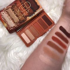 Urban Decay launched this adorable new petite heat eyeshadow palette! It's got such great shades for the types of looks that we love to make. We can get really creative and draw on our inspiration to make beautiful looks for any season!