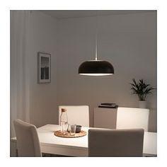 Durch das Raster auf der Oberseite der Leuchte strahlt Licht nach oben und bildet eine gute Allgemeinbeleuchtung. Das Raster auf der Unterseite schützt vor Blendung und spendet behagliches Licht über Esstisch oder Kücheninsel. Einfaches Aufhängen der Leuchte: die Deckenkappe wird nur hochgeschoben. Sie sitzt dann fest und verdeckt Kabel und Anschlüsse.