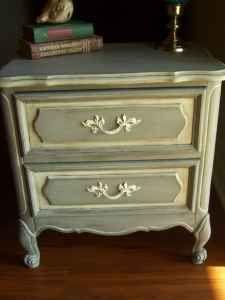 Beautiful little shabby chic nightstand! My favourite!