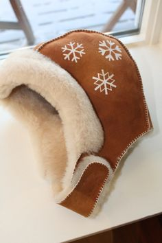 Bilderesultat for saueskinn luer Leather Working, Traditional Outfits, Making Out, Christmas Stockings, Diy And Crafts, Holiday Decor, Clothing, How To Make, Projects