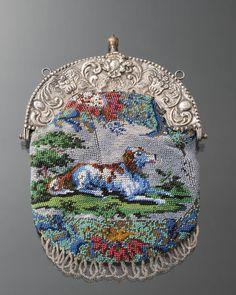 beugeltas, Noord-Veluwe, 1867 Beugeltas in kralenbreiwerk met beugel van tweede gehalte zilver. Dit gehalte is af te leiden aan het zogeheten gehalteteken, in dit geval een lopende leeuw 2, dat gebruikt werd van 1813-1953. De kantoorstempel, een Minervakop G, duidt op Zwolle 1814-1906. #Gelderland #Veluwe #nieuwedracht
