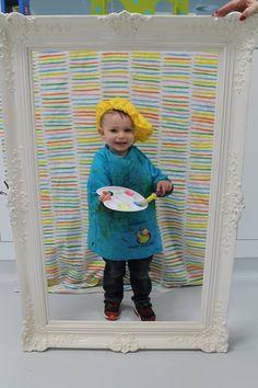 foto nemen van de kleuters als schilder verkleed, in een mooie kader steken en je hebt een leuk cadeautje voor moederdag.
