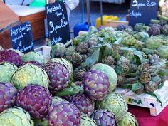 artichokes in a French market - aaaah l'artichaut Français !!! ;-) d'un exotique .... (en l'occurence, ces énormes là, ce sont des artichauts de Bretagne ...)