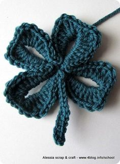 Cute St Patrick 4 Leaf Clover - free pattern over at the Spanish...