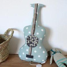Guitare boite à musique / Modèle : Une Chanson douce / Tissu, rond Liberty, Feutrine et ruban. Idée cadeau naissance. Cadeau. Fabrication française. Barnabé aime le café