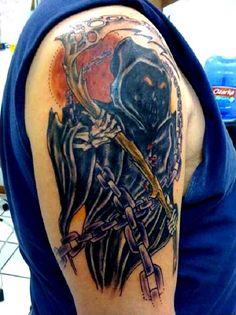 Grim Reaper tatuagem com um sorriso no rosto. Um mal rosto alegre ou sorriso é visto no reaper como ele realiza a sua foice de madeira e caçar mais almas.